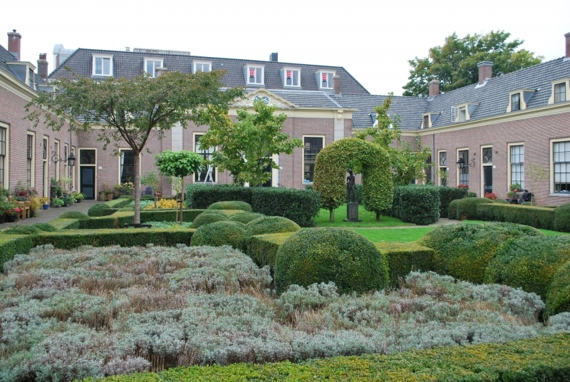 Another courtyard of De Hofjes