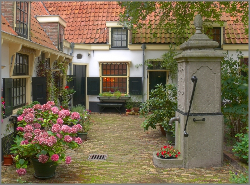 The ancient patio - De Hofjes